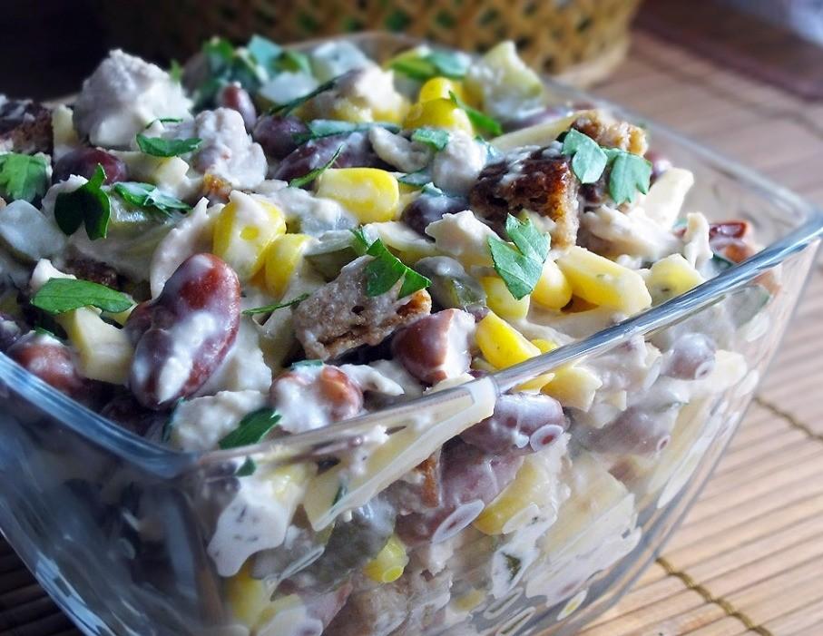 Салаты - это неотъемлемое блюдо будничного или праздничного стола.